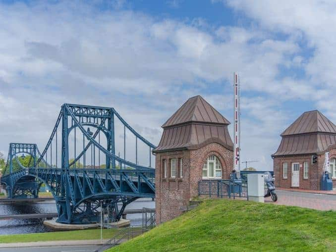 Die Kaiser Wilhelm-Brücke mit geöffneten Schranken.